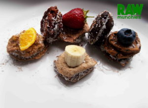 Raw Vegan Fruit Alfajores | Rawmunchies.org #RECIPE HERE: http://www.rawmunchies.org/recipes #Raw #vegan #rawvegan #glutenfree #alfajores #glutenfreealfajores #rawvegandessert