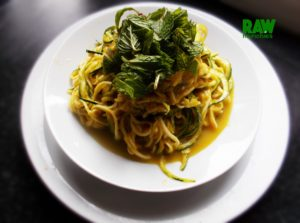 Raw Vegan Indian Curried Noodles | Rawmunchies.org #RECIPE HERE: http://www.rawmunchies.org/recipes #Raw #vegan #rawvegan #glutenfree #rawvegannoodles #indiannoodles #rawveganindianfood #zucchinninoodles