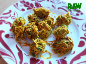 Raw Vegan Onion Pakora | Rawmunchies.org #Raw #Vegan #RECIPE #pakora #pakadas #onion #indian
