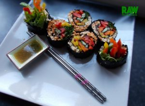 Raw Vegan Rainbow Salad Spiral Sushi | Rawmunchies.org #RECIPE HERE: http://www.rawmunchies.org/recipes #Raw #vegan #rawvegan #glutenfree #rawvegansushi #vegansushi #sushi🍣