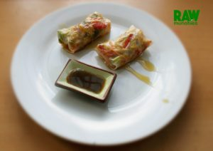 Spring Rolls | Rawmunchies.org #Raw #vegan #RECIPE HERE: http://www.rawmunchies.org/recipes